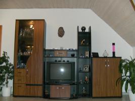 Wohnwand, 4- teilig nußbaum/schwarz beliebig stellbar