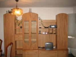 Wohnwand, Esszimmertisch, Computertisch u. Schurwollteppich