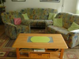 Wohnzimmercoach mit Tisch und Teppich
