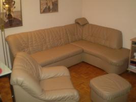 Wohnzimmercouch mit Sessel und Hocker