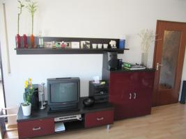 TV-Bank (links), Sideboard (rechts), Regalbrett (oben)
