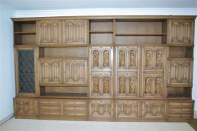 Wohnzimmerschrank mit 12 handgeschnitzten Aposteln