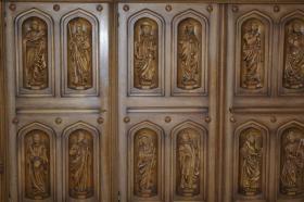 Foto 2 Wohnzimmerschrank mit 12 handgeschnitzten Aposteln