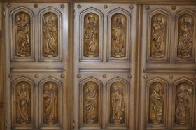 Foto 3 Wohnzimmerschrank mit 12 handgeschnitzten Aposteln
