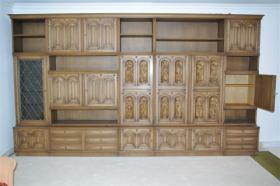 Foto 5 Wohnzimmerschrank mit 12 handgeschnitzten Aposteln