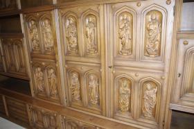 Foto 6 Wohnzimmerschrank mit 12 handgeschnitzten Aposteln