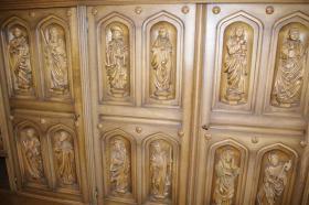 Foto 7 Wohnzimmerschrank mit 12 handgeschnitzten Aposteln