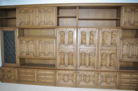 Foto 8 Wohnzimmerschrank mit 12 handgeschnitzten Aposteln