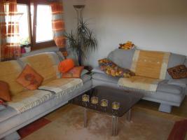 Sofa mit Teppich und Tisch