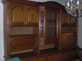Wohnzimmerschrank mit Vitrine und Tisch zusammen 580�