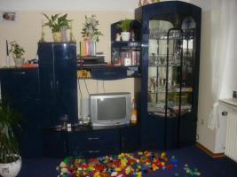Wohnzimmerschrank mit Vitrine in blau hochglanz zu verkaufen