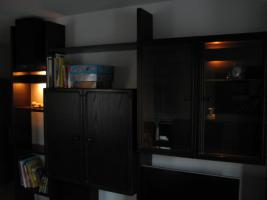 Foto 2 Wohnzimmerschrank dunkel braun-rot