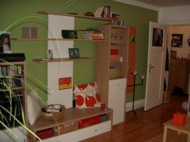 Wohnzimmerschrank (holzfarben/weiß)