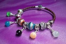 Wunderschönes geflochtenes Lederarmband mit Beads & Charms Style