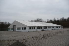 Zelt- und Stahlhalle