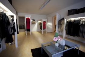 zum verkauf steht eine edle boutique einrichtung leipzig