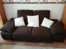 Zwei 3 Jahre alte Stoff-Sofas + brauner Hocker
