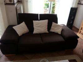Foto 2 Zwei 3 Jahre alte Stoff-Sofas + brauner Hocker
