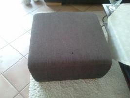 Foto 3 Zwei 3 Jahre alte Stoff-Sofas + brauner Hocker