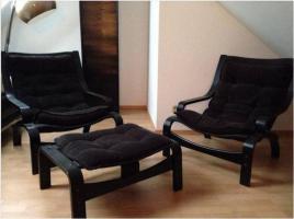 Zwei Sessel mit Fußbank