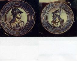 Zwei antike Wandschilde, Büsten römischer Gottheiten