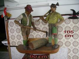 Zwei handgeschnitzte Holzknechte