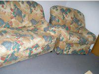 Zweisitzercouch und Sessel