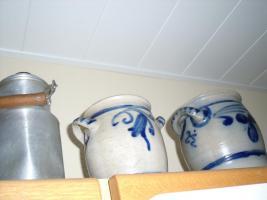 Foto 2 alte Krüge, Töpfe, Deckchen, Lampe u.s.w