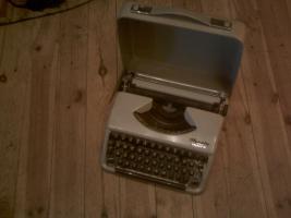 alte Reiseschreibmaschine im Koffer