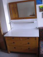 alter Waschtisch mit Marmorplatte und Spiegel