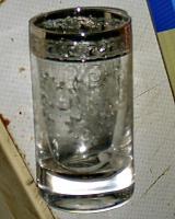 altes kleines glas mit platin rand
