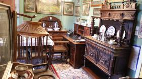 schönes antikes Möbel im Dachgeschoss