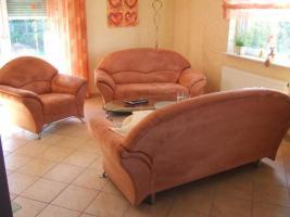 bequeme Couchgarnitur, 2er, 3er + Sessel mit Chromfüßen zu verkaufen