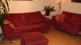 Foto 2 bitte Couch, Ziegelrot, 3 Teilen + Französisches Rundbett beides um 200 Euro