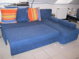 blaue ausziehbare Schlafcouch mit Bettkasten