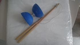 blaues Diabolo mit Holzsticks