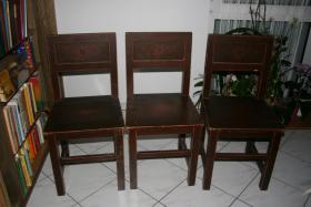 drei alte Stühle