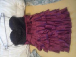 ein rot schwarzes kleid mit spitze