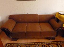 ein stabiles Sofa aus den 50ern in gutem Zustand
