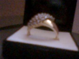 goldener Ring mit Diamanten