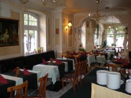 griechisches Restaurant, voll eingerichtet mit Biergarten