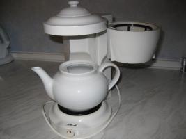 Foto 2 gut erhaltener elektrischer Teebereiter mit Porzellankanne