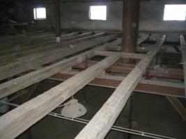 Foto 2 historisches Holz, Altdielen, handbehauene Balken