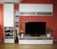 Foto 2 hochwertige Wohnzimmerwand mit Vitrine