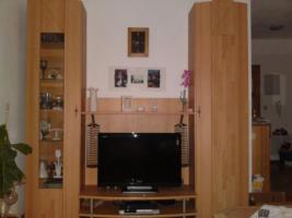 kleine Schrankwand, Echtholztüren mit TV-Teil