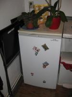 kleiner Kühlschrank mit Eiswürfelfach zu verschenken