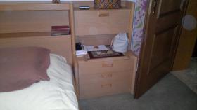 komplettes Doppelbett mit Lattenrosten, Matratzen, Nachttischen