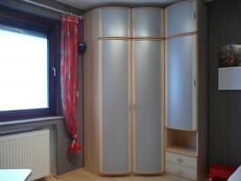 Foto 3 komplettes Jugendzimmer Bett, Eckkleiderschrank, Schreibtisch, Anbauwand