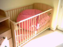 Foto 4 komplettes Kinderzimmer mit Bett, Wickelkommode, Schrank, Regalschrank und Hängeregal