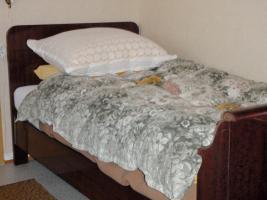 Foto 2 komplettes Schlafzimmer in hervorragendem Zustand (Kleiderschrank mit Vitrine, Bett, Nachttisch)